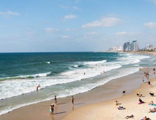 Nakon sumnji na grupno silovanje tinejđerke Tel Aviv uklonio s plaže poznati voajerski mural Peeping Toms